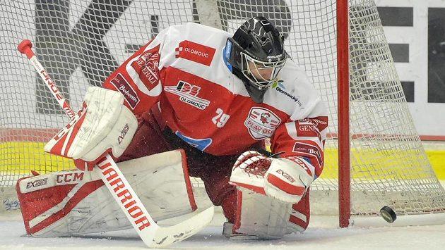 Brankář Olomouce Jan Lukáš zasahuje během čtvrtfinále play off.