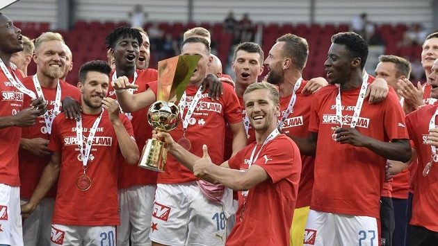 Hráči Slavie se radují ze zisku Československého Superpoháru.