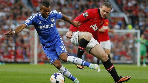 Obránce Chelsea Ashley Cole (vlevo) bojuje o míč s útočníkem Manchesteru United Waynem Rooneym.