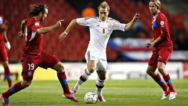 Dán Christian Eriksen se prodírá v kvalifikačním duelu mezi českými hráči Petrem Jiráčkem a Jaroslavem Plašilem..