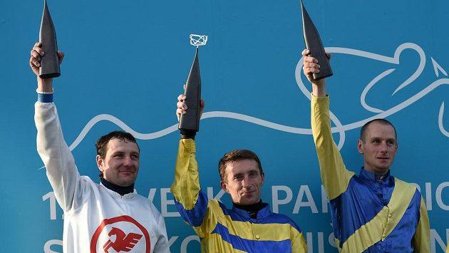 Vítěz 124. Velké pardubické Jan Faltejsek (vlevo), druhý Josef Sovka a třetí Jaroslav Myška.
