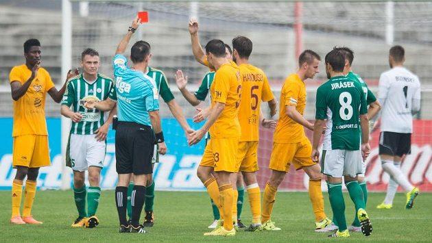Rozhodčí Radek Příhoda vylučuje Milana Havla z Bohemians 1905 během utkání s Duklou.