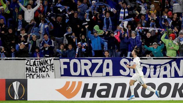 Dětští fanoušci Slovanu se radují po gólu proti Besiktasi.
