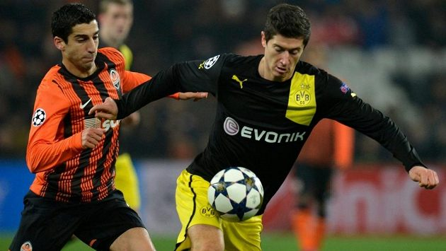 Střídání útočníků? Henrika Mchitarjana (vlevo) by rádi přivedli do Dortmundu. V takovém případě by nejspíš odešel Robert Lewandowski.