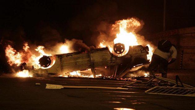 Hořící auto v ulicích Rio de Janeira