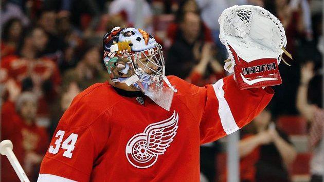 Brankář Detroitu Petr Mrázek slaví vítězství nad Buffalem.