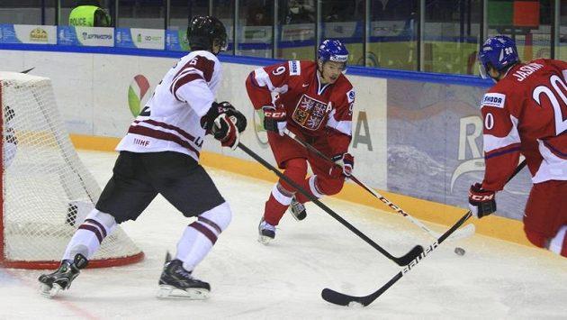 Lotyšský obránce Rinalds Rosinskis (vlevo) brání Tomáše Hertla a Dmitrije Jaškina v utkání na MS do 20 let.