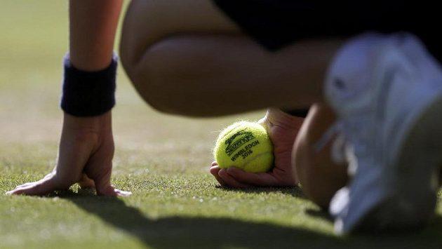Sběrač s tenisovým míčkem během Wimbledonu 2016.