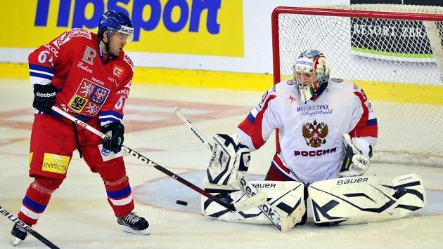 Útočník Lukáš Pech (vlevo) před ruským brankářem Konstantinem Barulinem v utkání Českých hokejových her.