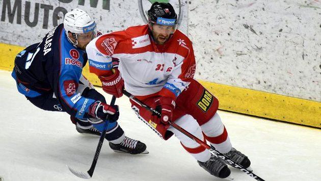 Zprava olomoucký hráč Martin Vyrůbalík a Petr Koblasa z Chomutova.