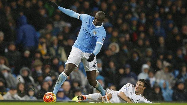 Záložník Manchesteru City Yaya Touré (vlevo) v zápase se Swansea.
