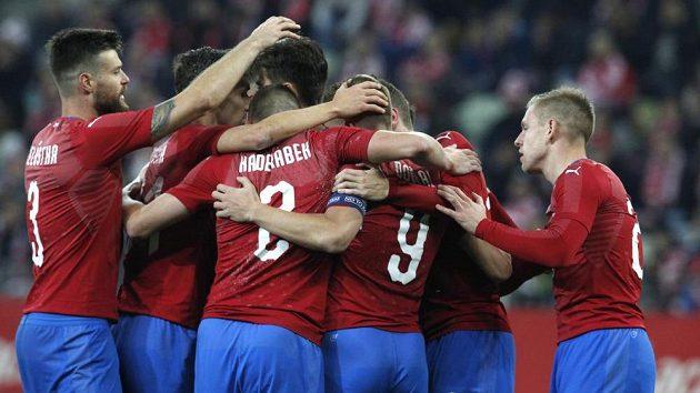 Radost českých fotbalistů po zápase s Polskem.