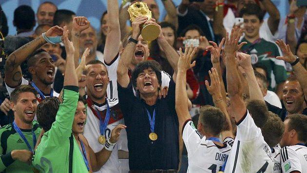Německý trenér Joachim Löw s pohárem pro mistry světa.
