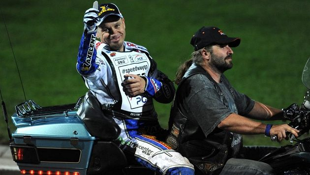 Zraněný Nicki Pedersen během Grand Prix v ploché dráze na stadiónu Markéta v Praze.