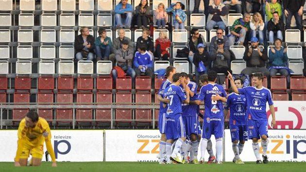 Hráči Olomouce se radují z prvního gólu Michala Ordoše.