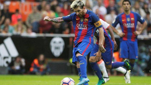 Lionel Messi z Barcelony proměňuje penaltu v nastavení proti Valencii.