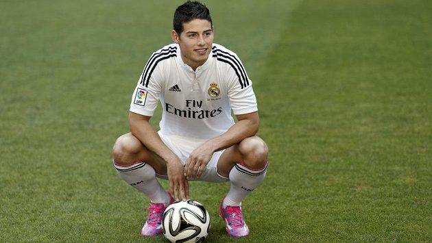 James Rodriguez pózuje v dresu Realu Madrid.