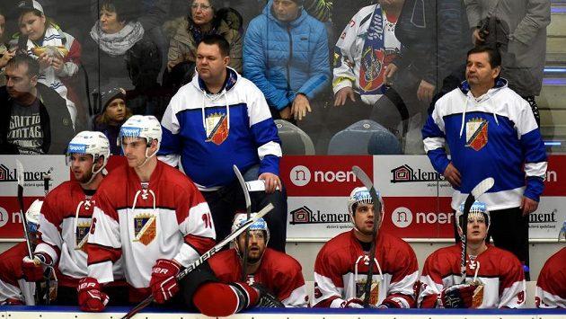 Chomutovská střídačka byla znovu bez hlavního kouče Vladimíra Růžičky, v modrobílých mikinách jsou jeho asistenti (zleva) Jan Šťastný a Břetislav Kopřiva.