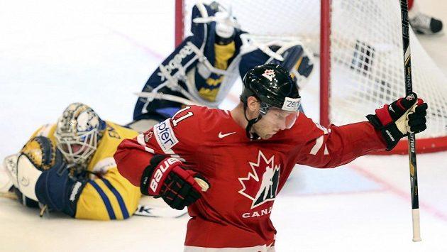 Jordan Staal, autor třetího kanadského gólu, slaví svoji trefu. Na ledě překonaný švédský brankář Jhonas Enroth.