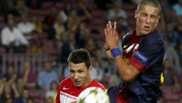 Marek Suchý (vlevo) v souboji s barcelonským Christianem Tellem.