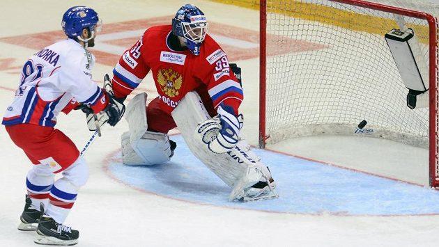 Michal Vondrka potřetí překonává Alexandra Šaryčenkovova v ruské bráně.