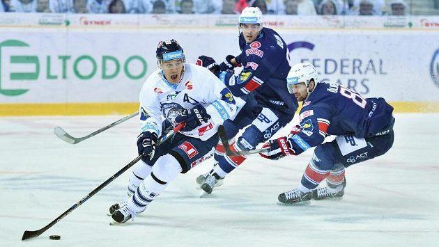 Branko Radivojevič z Liberce (vlevo) uniká a Ondřeji Dlapovi (uprostřed) a Peteru Ölveckému z Chomutova.