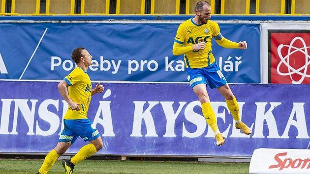 Zleva Alois Hyčka z Teplic a Pavel Moulis z Teplic, který se raduje z druhého gólu z penalty.