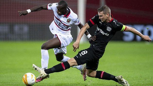 Lars Bender z Leverkusenu se snaží zastavit Hassana Kamaru z Nice.