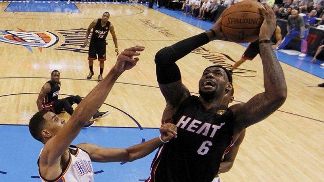 LeBron James zaznamenal ve druhém finálovém utkání s Oklahomou 32 bodů.
