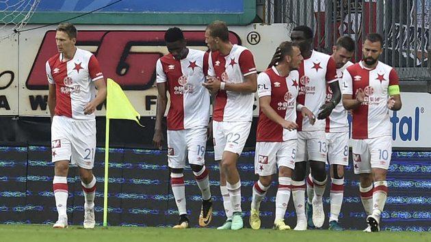 Fotbalisté Slavie se radují z třetí branky. Na Hané v úvodním kole nejvyšší soutěže vyhráli 3:0.