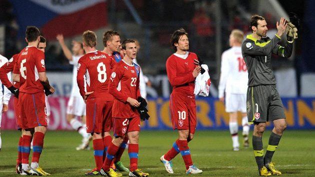 Smutní reprezentanti děkují fanouškům po prohraném utkání s Dánskem.