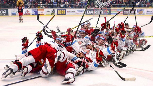 Hráči Hradce Králové oslavují výhru v pátém utkání s Litvínovem a postup do semifinále extraligy.