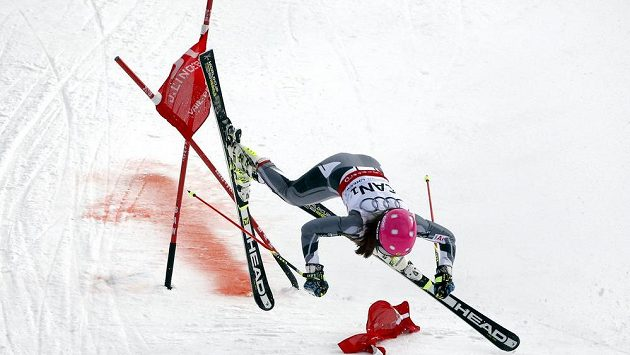 Kanaďanka Candace Crawfordová padá při závodě družstev na MS.