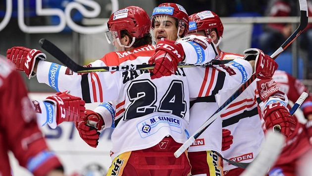 Hradečtí hokejisté Petr Zámorský a Michal Dragoun oslavují gól.