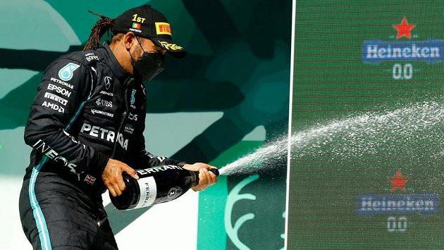 Britský pilot Mercedesu Lewis Hamilton vyhrál Velkou cenu Portugalska formule 1, triumf si řádné užíval.