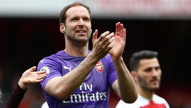 Brankář Petr Čech se loučil s fanoušky na Emirates Stadium. Poděkoval jim za podporu potleskem.