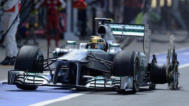 Lewis Hamilton ze stáje Mercedes s prasklou levou zadní pneumatikou.