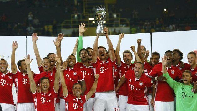 Fotbalisté Bayernu Mnichov se radují ze zisku německého Superpoháru.