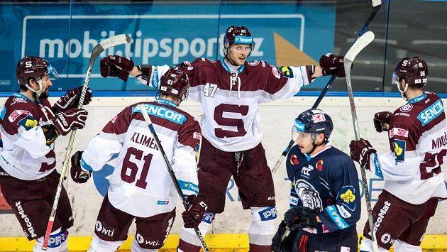Útočník Sparty Praha Jan Buchtele (uprostřed) se raduje z jednoho z gólů proti Liberci.