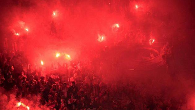 Fanoušci Slavie oslavují během derby světlicemi.