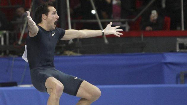 Francouzský tyčkař Renaud Lavillenie je v euforii, právě překonal letitý světový rekord legendárního Sergeje Bubky.