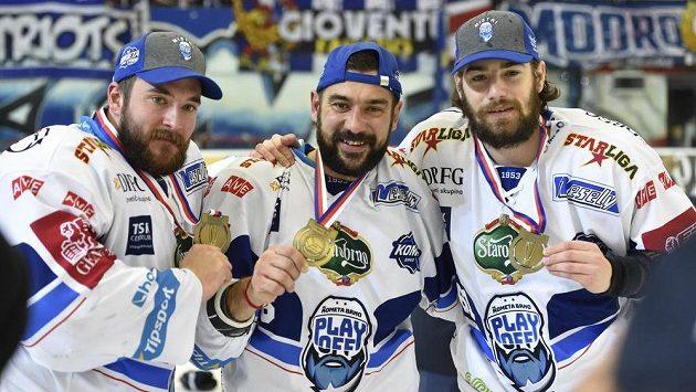 Zleva brankář Marek Čiliak, Jozef Kováčik a Peter Trška z Brna se radují ze zisku titulu.