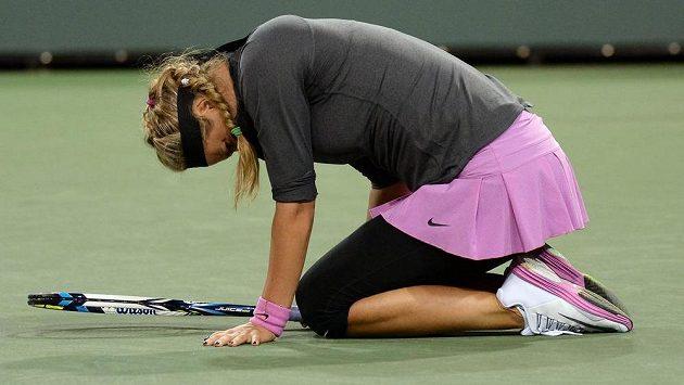 Viktoria Azarenková trpí bolestí při zápase s Američankou Lauren Davisovou v Indian Wells.
