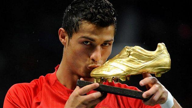 Cristiano Ronaldo na snímku z roku 2008, kdy ještě jako hráč Manchesteru United získal zlatou kopačku jako hráč roku FIFPro.