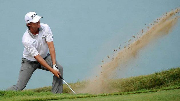 Australan Matt Jones odpaluje z bunkeru na 17. jamce ve druhém kole turnaje PGA v Kohleru.