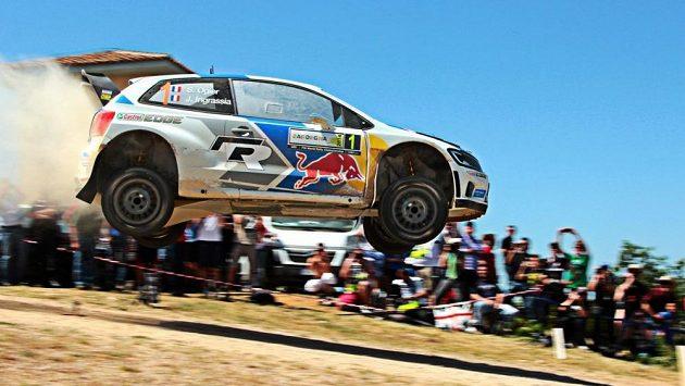 Sebastien Ogier se svým Polem na jednom ze skoků Italské rallye.