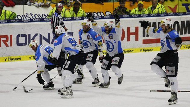 Hokejisté Plzně nahánějí střelce vítězného gólu Martina Straku (vlevo), který zajistil Indiánům první titul v klubové historii.