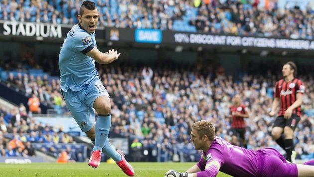 Útočník Manchesteru City Sergio Agüero střílí gól brankáři Queens Park Rangers Robertu Greenovi.