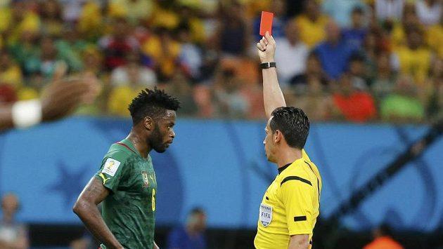 Sudí Pedro Proenca z Portugalska ani na chvíli nezaváhal a dal červenou kartu Alexandre Songovi z Kamerunu.