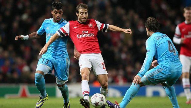 Fotbalista Arsenalu Mathieu Flamini (vpravo) v souboji s Mariem Leminem z Marseille v utkání Ligy mistrů.
